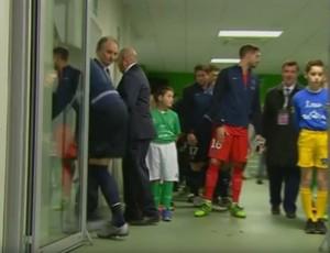 BLOG: Ibrahimovic abre porta sem querer e quase cai no túnel durante alongamento
