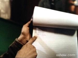 Rosa mostra o nome de Bruno escrito à mão (Foto: O Rebu / TV Globo)