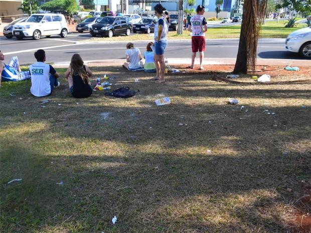 Comerciantes reclamam da sujeira deixada pelos calouros em dias de trote em Ribeirão Preto (Foto: Luan Amaral/ G1)