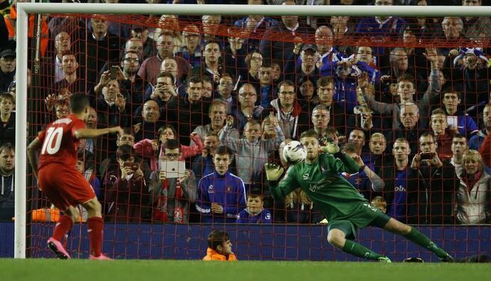 Coutinho perde pênalti - Copa da Liga (Foto: Reuters)