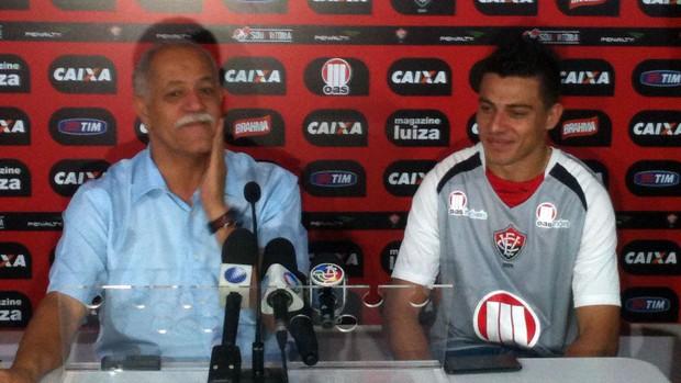 Ayrton, lateral do Vitória, e Raimundo Queiroz (Foto: Thiago Pereira)