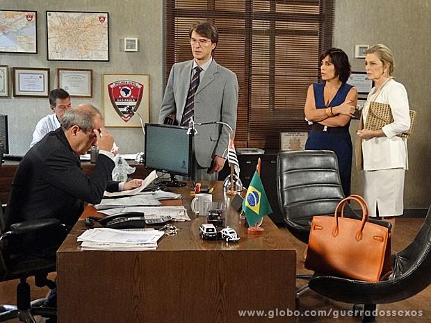 Delegado analisa provas que Dino entregou (Foto: Guerra dos Sexos / TV Globo)