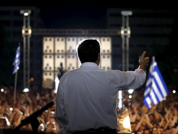 O primeiro-ministro grego, Alexis Tsipras, discursa pelo não no centro de Atenas, nesta sexta (3) (Foto: Reuters/Yannis Behrakis)