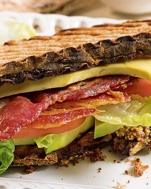 Sanduíche de abacate e bacon (Foto: Iara Venanzi/Casa e Comida)