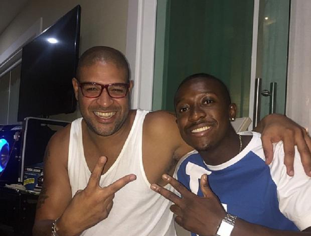 Adriano com amigo no aniversário