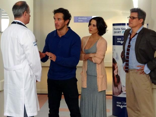 Fábio, Manoela e Felipe escutam, aflitos, o parecer do médico (Foto: Guerra dos Sexos / TV Globo)