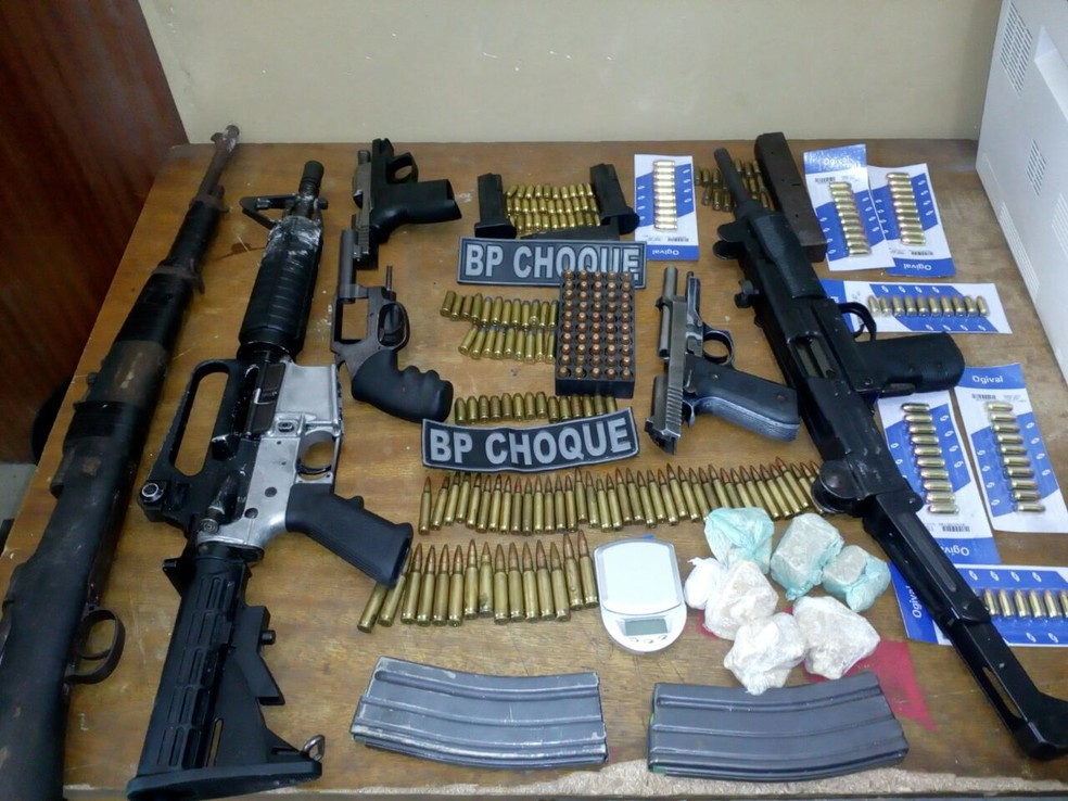 Fuzis, submetralhadora, pistolas e revólver foram apreendidos em operação do BPChoque nesta terça-feira. (Foto: Divulgação / PM)