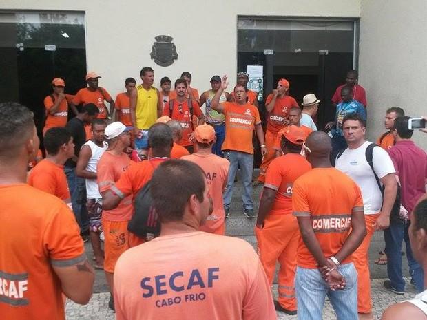 Funcionários da Comsercaf protestam em Cabo Frio (Foto: Gustavo Garcia / G1)