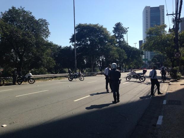 PM fecha pista local da Marginal Pinheiros (Foto: Sttela Vasco/G1)