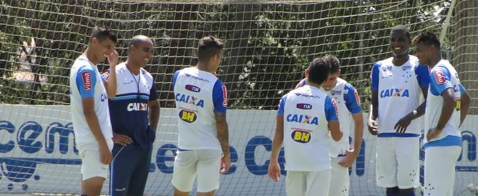 Deivid conversa com jogadores do Cruzeiro na Toca da Raposa II (Foto: Marco Antônio Astoni)