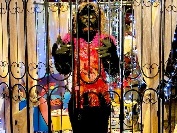 Chay vira mulher-gorila, com direito a cachinhos loiros e vestido bafônico (Foto: Cheias de Charme / TV Globo)