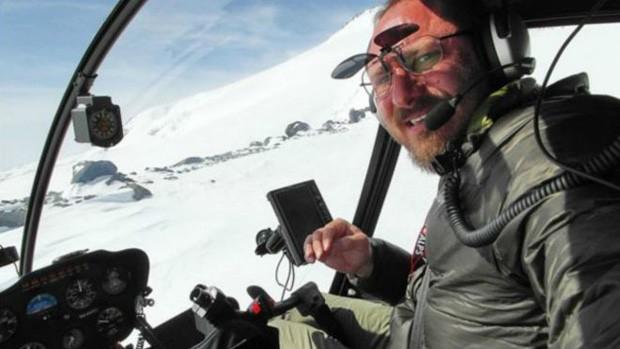 O aventureiro russo Sergey Ananov, forçado a pousar seu helicóptero nas gélidas águas entre o Canadá e a Groenlândia (Foto: Sergey Ananov)