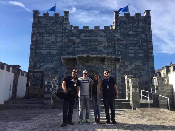 Equipe da RPC no castelo que recebe a exposição com instrumentos de tortura, em Matinhos (Foto: Divulgação/RPC)