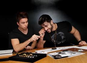 Harry Louis com o designer Ícaro (Foto: Luciano Santos/TalentMix)