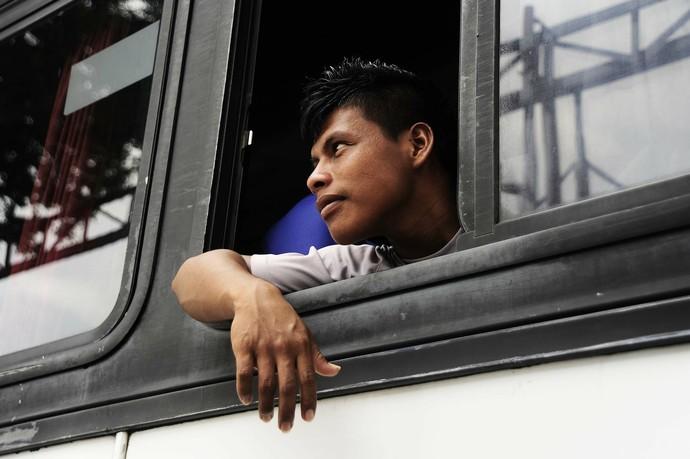 Garoto indígena do Grêmio Osasco observa cidade pela janela do ônibus (Foto: Marcos Ribolli)
