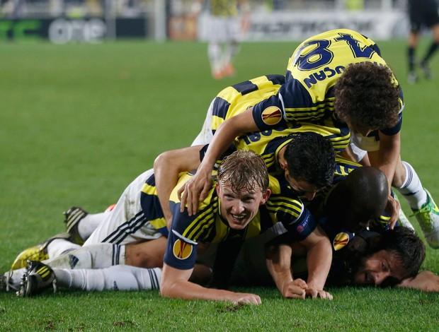 Fenerbahçe comemora contra Benfica (Foto: Reuters)