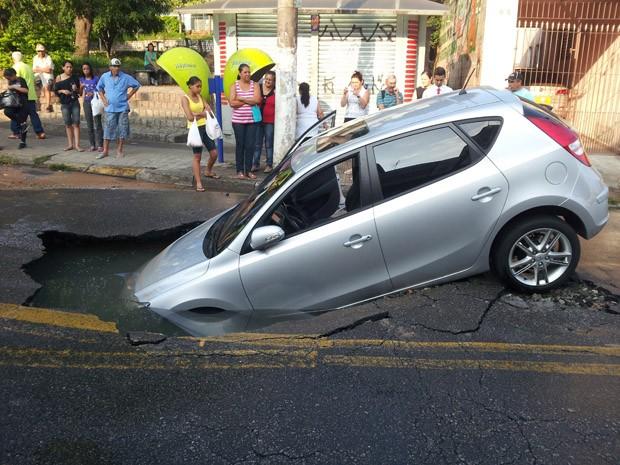 Segundo a Prefeitura do município, uma adutora da Companhia de Saneamento Básico do Estado de São Paulo (Sabesp) rompeu e formou a cratera.  (Foto: Diêgo Andrade de Souza/VC no G1)