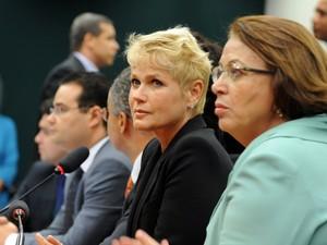 Xuxa vai à Câmara apoiar projeto que proíbe pais de bater em crianças. Apresentadora participou de discussão sobre a chamada 'Lei da Palmada'. (Foto: Gabriela Korossy / Câmara dos Deputados)