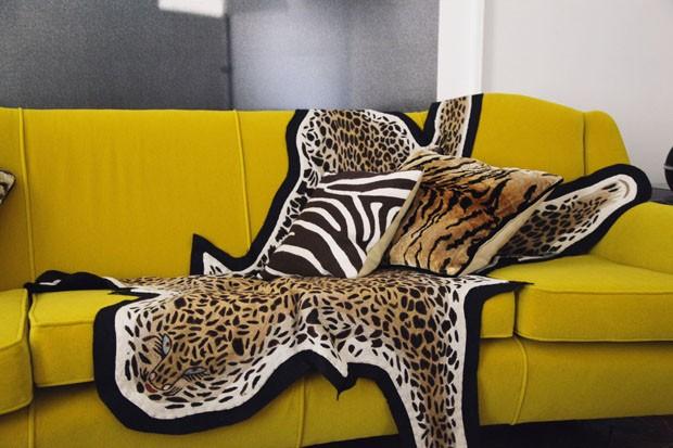 Pele de leopardo bordada e almofadas de Lindell (Foto: Studio IMH)
