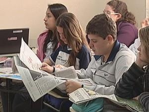 Estudantes do 9º ano usam jornais nas aulas de leitura.  (Foto: reprodução/TV Tem)