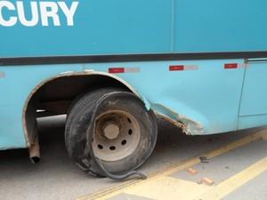 Veículo de passeio atingiu a roda traseira do ônibus. (Foto: Luiz Sandes/VC no G1)