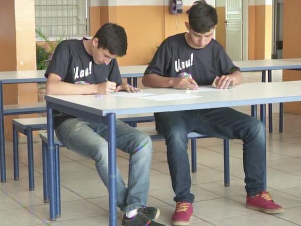 Kerginaldo Antunes e Vinícius de Carvalho Rodrigues ganharam Mostra de Foguetes (Foto: Reprodução/TVTEM)