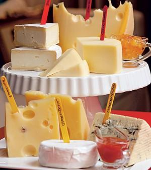 Nome aos pedaços - Os nomes dos vários queijos são  marcados em palitos coloridos. Geleias de frutas ficam à  disposição para quem quiser um toque doce. Queijos Tirolez,  molheiras Utilplast (Foto:  Iara Venanzi)