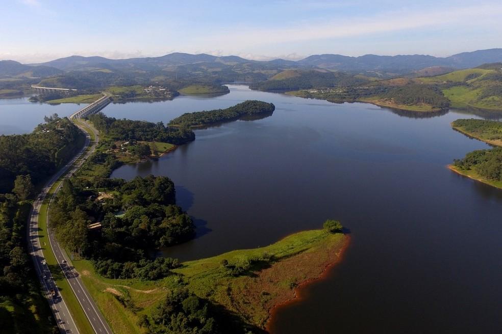 Imagem aérea da represa do Atibainha, em Nazaré Paulista. O reservatório faz parte do sistema Cantareira, que opera com 65% da capacidade, segundo índice da Sabesp (Foto: Luis Moura/WPP/Estadão Conteúdo)