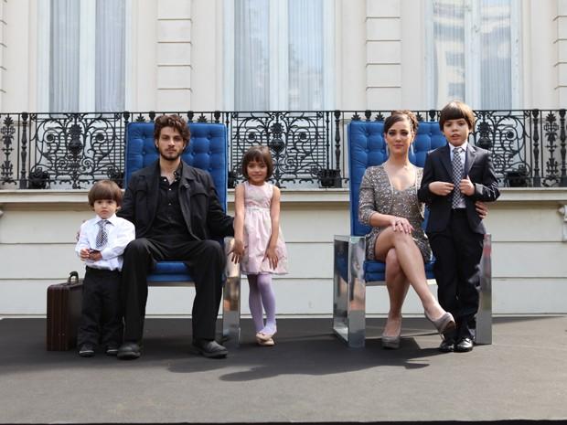 A primeira geração dos Medeiros: Zé Alfredo (Chay Suede) com Maria Marta (Adriana Birolli) e os filhos (Foto: Pedro Curi/Gshow)