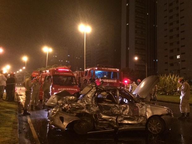 Carro ficou destruído depois de bater contra micro-ônibus (Foto: Leandro Cavalcanti / TV Globo)