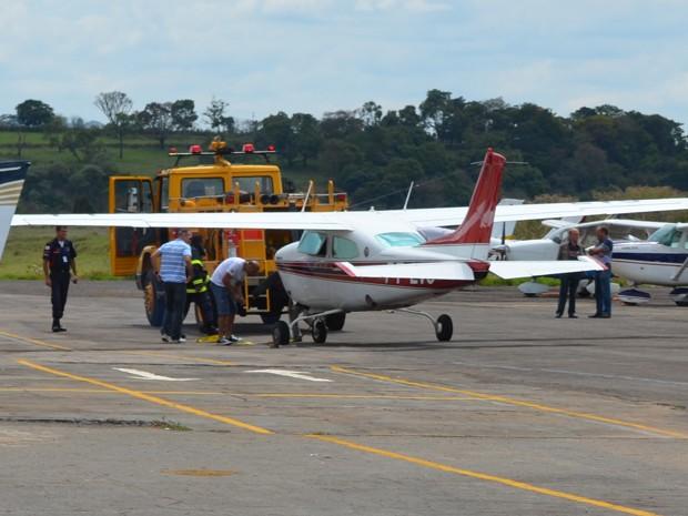 Monomotor aterrissou 'de barriga' na pista do aeroporto (Foto: Jéssica Balbino/ G1)