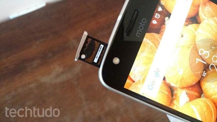 Recolocando a bandeja com o chip encaixado (Foto: Felipe Alencar/TechTudo)