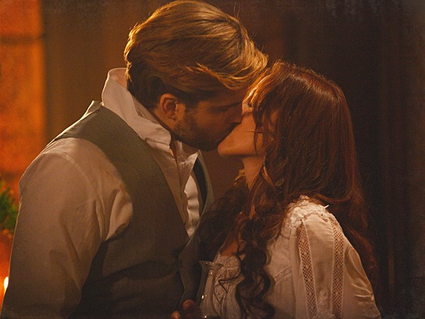 Laura e Edgar se beijam apaixonadamente (Foto: Lado a Lado / TV Globo)