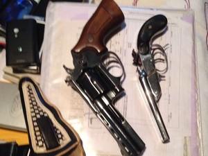 Armas aprendidas durante a operação (Foto: Reprodução/EPTV)