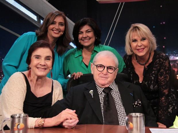 Jô Soares recebe as Meninas do Jô na gravação do 'Programa do Jô' (Foto: Marcos Mazini/Gshow)