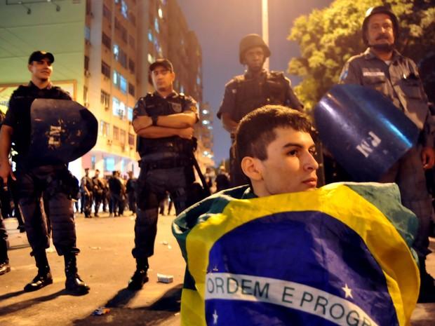 No Maracanã, torcida e proitestos (Foto: Luiz Roberto Lima/G1)