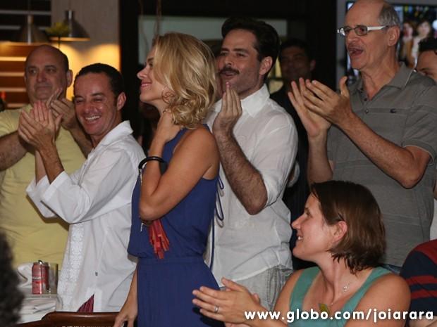A atriz não esconde a alegria na hora do parabéns (Foto: Joia Rara/TV Globo)