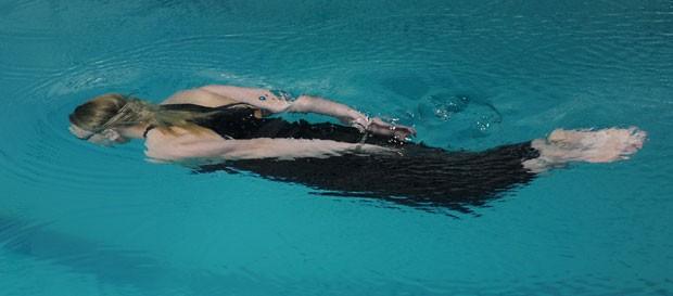 Ana Lominadze nadou 25 metros com as mãos algemadas e os pés acorrentados (Foto: Vano Shlamov/AFP)