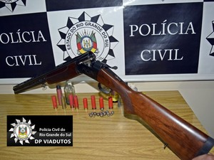 Espingarda foi apreendida com homem, Roberto Carlos Kolassa, Juliana Jakubowski Kolassa, Carlos Gomes, RS (Foto: Divulgação/Polícia Civil)