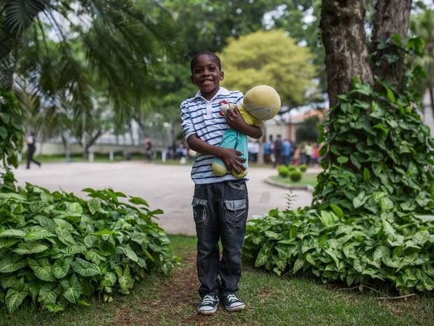 """Angolano Daniel diz ter feito amigos no coral. Ele gosta do Brasil, mas sente falta do seu país.  """"Tenho saudades de brincar com minha bicicleta, aqui eu não tenho uma ainda"""", diz. (Foto: Victor Moriyama/ G1)"""