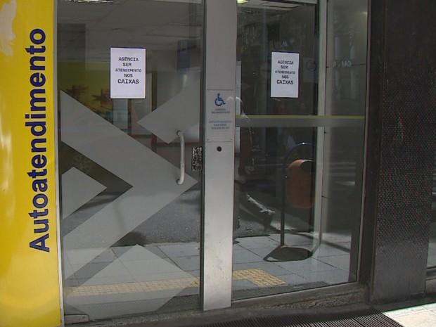 Banco do Brasil foi atacado na madrugada desta sexta (11) (Foto: Reprodução/RBS TV)
