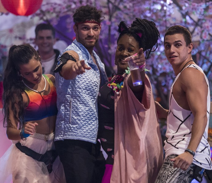 Emilly, Luiz Felipe, Roberta e Manoel dançam na Festa Pop Japan (Foto: Artur Meninea/Gshow)
