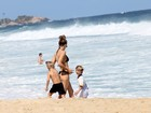 Rodrigo Hilbert e Fernanda Lima jogam vôlei na praia