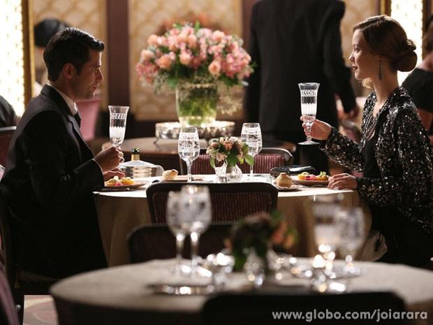 Franz aproveita jantar no clube e pede Sílvia em casamento (Foto: Joia Rara/ TV Globo)