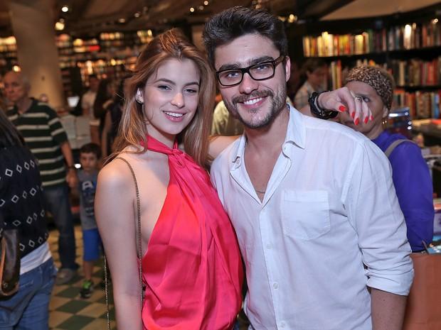 Guilherme Leicam e a namorada, Bruna Altiere, em livraria no Leblon, Zona Sul do Rio (Foto: Murillo Tinoco/ Divulgação)