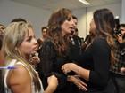 Grávida, Juliana Paes namora, dança e ganha mimos no show de Ivete