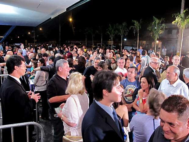 Público aguarda abertura dos portões para o show do cantor Elton John em Brasília (Foto: Lucas Nanini/G1)