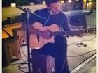 Murilo Rosa toca violão e arranca suspiros de Fernanda Tavares