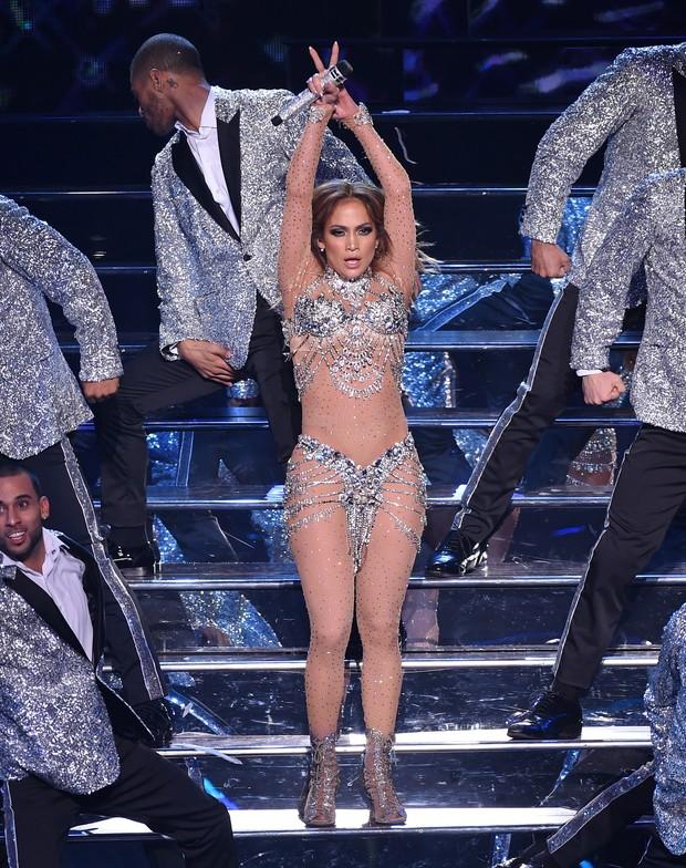 Na cola de Britney, Jennifer Lopez estreia show caliente em Las Vegas