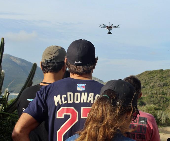 O diretor-geral Leonardo Nogueira acompanha o voo do drone (Foto: Rodrigo Brisolla/Gshow)